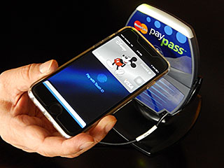 iPhone6を近づけて指紋認証の準備