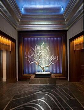 エントランス正面にある「梅の木を模したクリスタルのオブジェ」